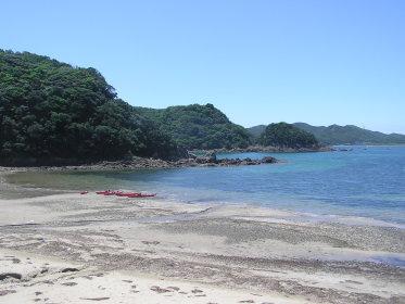 入江深くはいっていくと、ムード溢れる隠れ浜が発見できるのも魅力。